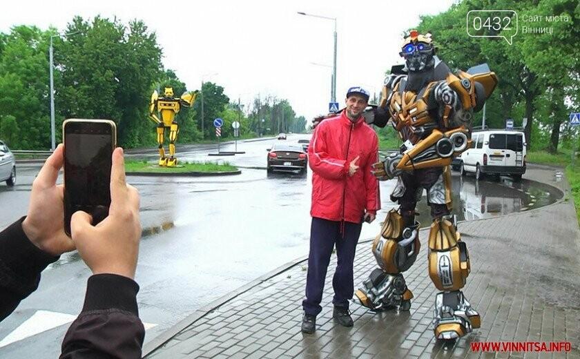 Трансформер навчив вінничан робити безпечні селфі біля свого «брата» на в'їзді у Вінницю, фото-2