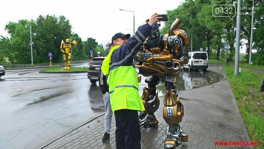 Трансформер навчив вінничан робити безпечні селфі біля свого «брата» на в'їзді у Вінницю, фото-1