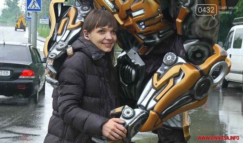 Трансформер навчив вінничан робити безпечні селфі біля свого «брата» на в'їзді у Вінницю, фото-3