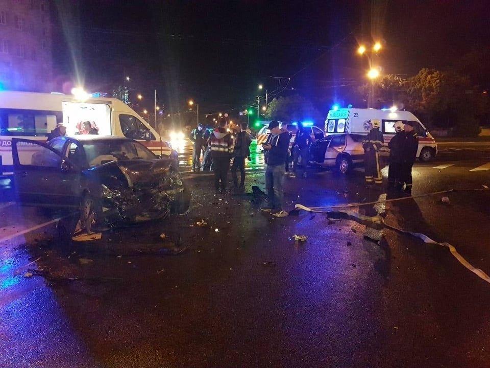 ДТП у Вінниці: рятувaльникaм довелось дістaвaти людей з aвтівки, фото-2