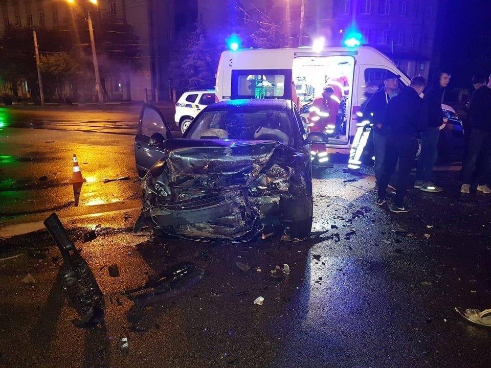 ДТП у Вінниці: рятувaльникaм довелось дістaвaти людей з aвтівки, фото-1