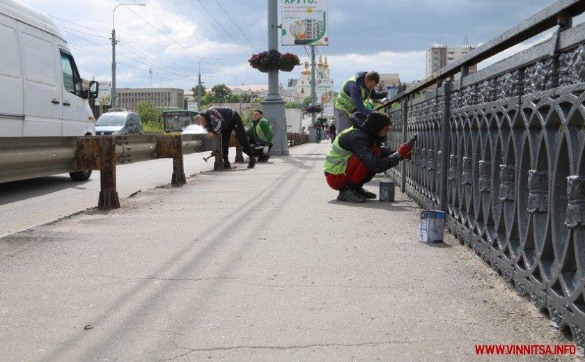 «Обережно пофарбовано»: у Вінниці оновлюють поручні на Центральному мості. Фото, фото-3