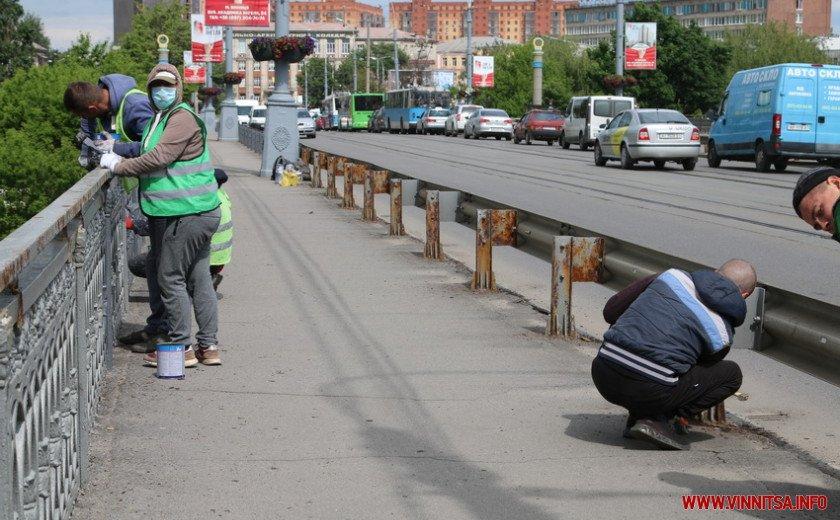 «Обережно пофарбовано»: у Вінниці оновлюють поручні на Центральному мості. Фото, фото-1