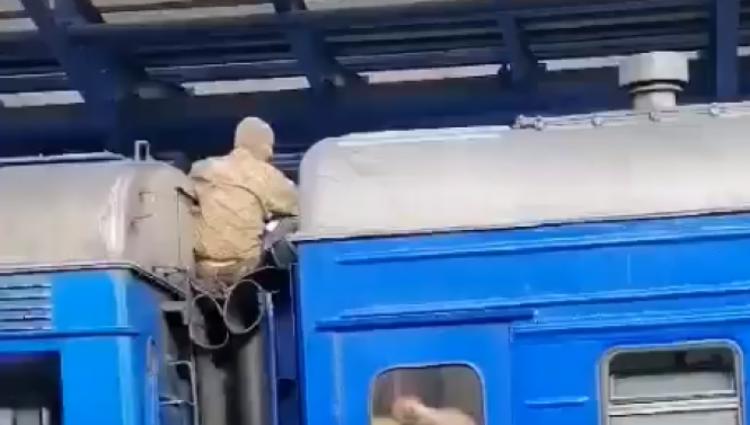 """У Вінниці впіймали """"зайця"""": чоловік їхав з Києва на даху потяга, фото-1"""