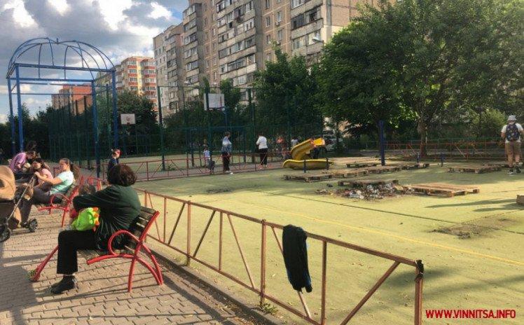 У Вінниці на вулиці Келецькій в одному з дворів без пояснень розібрали дитячий майданчик, фото-1
